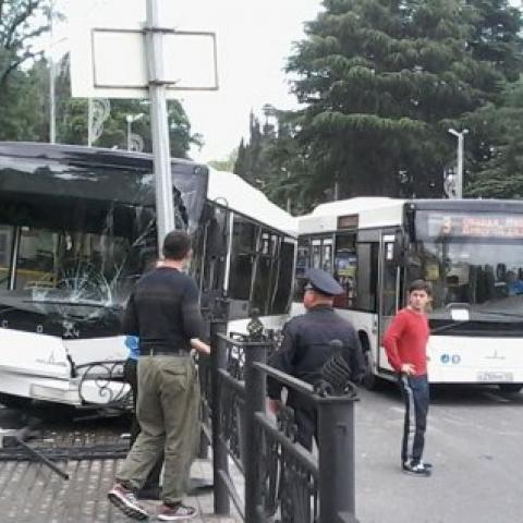 Автобус с пассажирами попал в аварию в Сочи